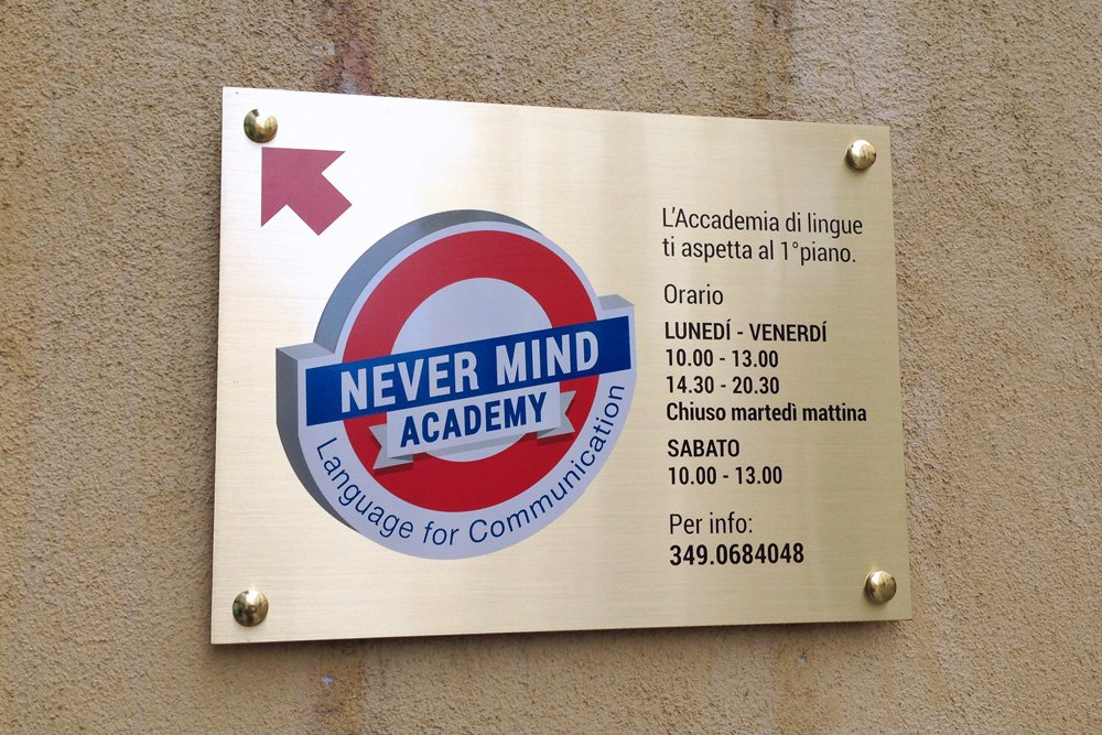 Never Mind Academy - targa all'ingresso